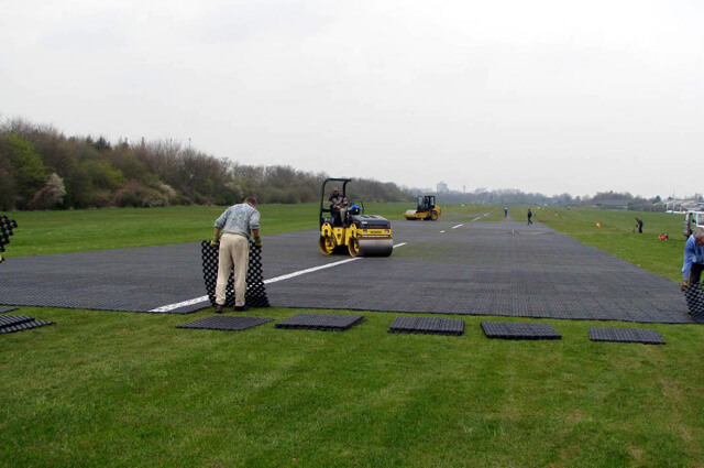 Aanleg vliegveld met grastegels